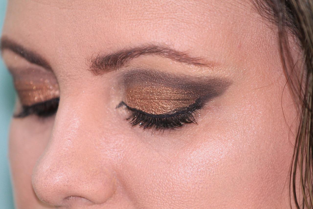 Comment bien appliquer un eye-liner lorsque l'on a des paupières tombantes ?
